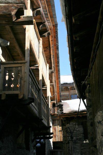 Chalet-La-bergerie-montagne-Le-Miroir-Ste-Foy-JMV-Resort-vue d'extérieur-passage-balcon-bois