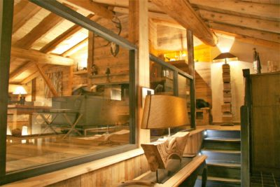 Chalet-La-bergerie-montagne-Le-Miroir-Ste-Foy-JMV-Resort-escalier-salon-bois travaillé
