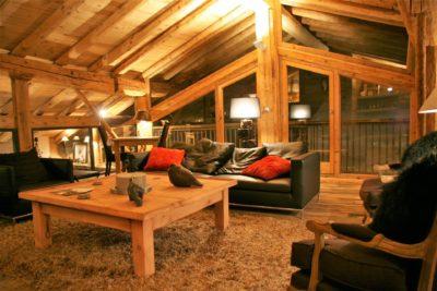 Chalet-La-bergerie-montagne-Le-Miroir-Ste-Foy-JMV-Resort-salon-tapis-bois-balcon