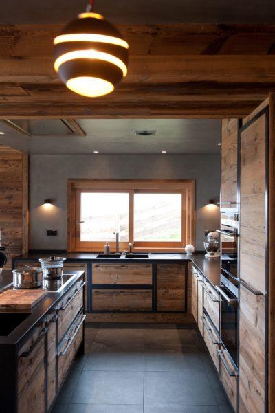 Chalet-D'Osc-montagne-Les-2-Alpes-JMV-Resort-cuisine en bois-luminaire