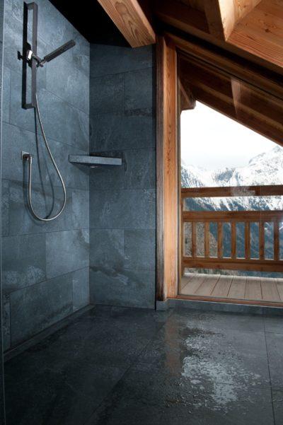 Chalet-D'Osc-montagne-Les-2-Alpes-JMV-Resort -salle de bain-vue sur extérieur-douche à l'italienne