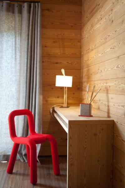 Chalet-G-montagne-Serre-Chevalier-JMV-Resort-chaise rouge- bureau-bois