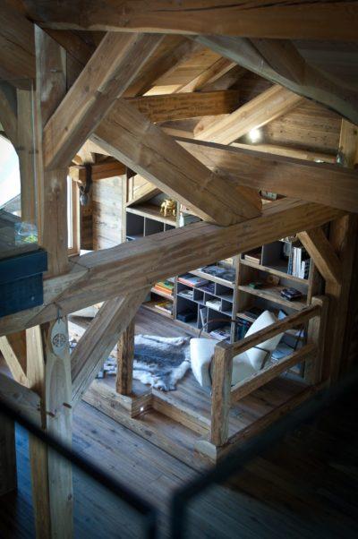 Chalet-G-montagne-Serre-Chevalier-JMV-Resort-salon-tapis peau-intérieur en bois