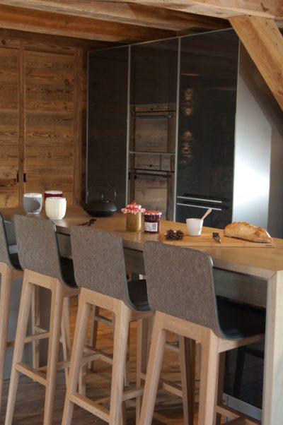Chalet-G-montagne-Serre-Chevalier-JMV-Resort -petit-déjeuner-chaises hautes-table