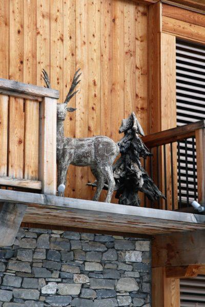 Chalet-montagne-Arte-Meribel-JMV-Resort -sculpture cerf-sapin-bois-balcon