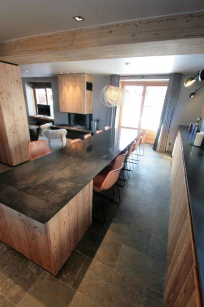 Chalet-montagne-Arte-Meribel-JMV-Resort -intérieur-salon-cuisine-carrelage