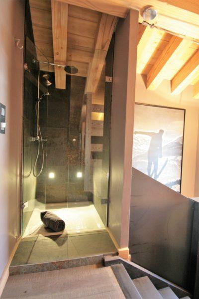 Chalet-montagne-Arte-Meribel-JMV-Resort-salle de bain-douche à l'italienne