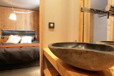 Chalet-montagne-Arte-Meribel-JMV-Resort -lavabo-chambre-lit