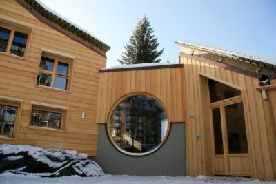 Chalet-montagne-Alaya-Avoriaz-JMV-Resort-fenêtres-façade en bois-entrée-neige