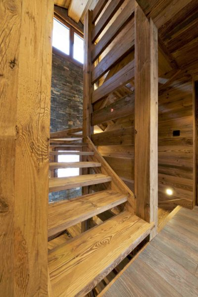 Chalet-3Cerisiers-montagne-Meribel-JMV-Resort-escalier en bois-couloir