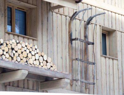 Chalet-3Cerisiers-montagne-Meribel-JMV-Resort-traîneau en bois-façade en bois