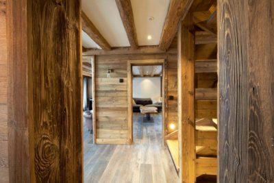 Chalet-3Cerisiers-montagne-Meribel-JMV-Resort-couloir-escalier-vue sur salon-bois