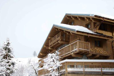 Chalet-3Cerisiers-montagne-Meribel-JMV-Resort-façade extérieur bois-balcon-neige