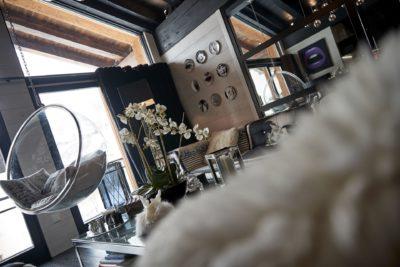 Appartement-Les-Airelles-montagne-Val-D'Isere-JMV-Resort - fauteuil suspendu- salon-miroir