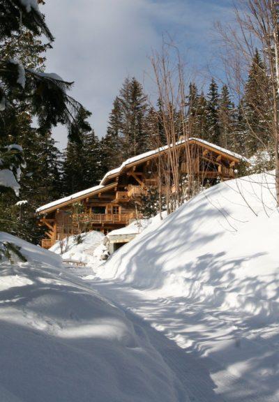 Chalet-Le-grand-cerf-montagne-Meribel-JMV-Resort-neige-chemin-vue d'extérieur-bois