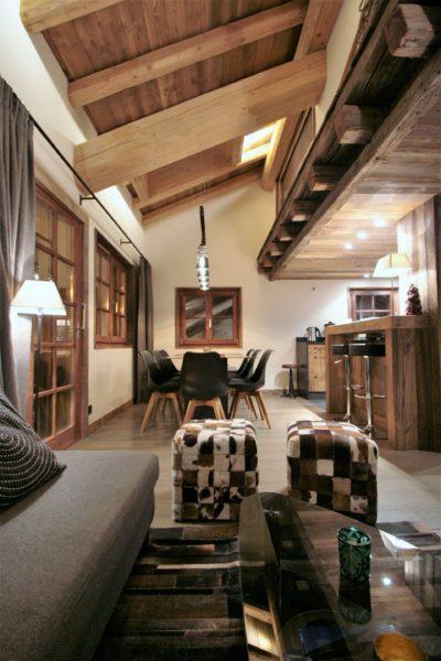 Chalet-Le-refuge-montagne-Meribel-JMV-Resort-intérieur-chaleureux-salon-vue sur cuisine