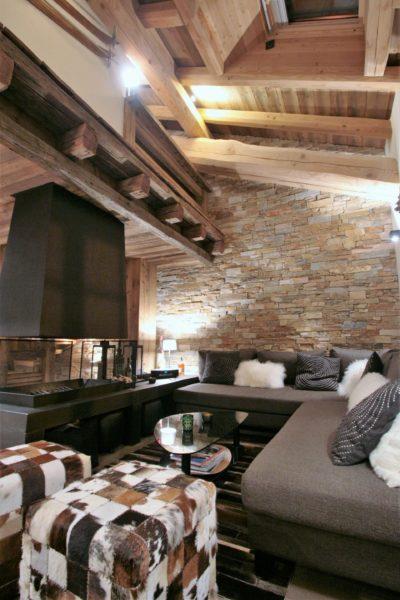 Chalet-Le-refuge-montagne-Meribel-JMV-Resort-salon-canapés-cheminé-briques
