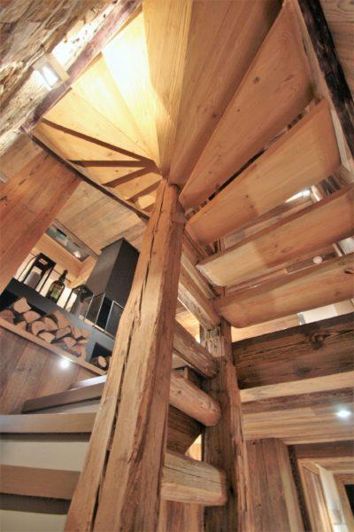Chalet-Le-refuge-montagne-Meribel-JMV-Resort-escalier en bois