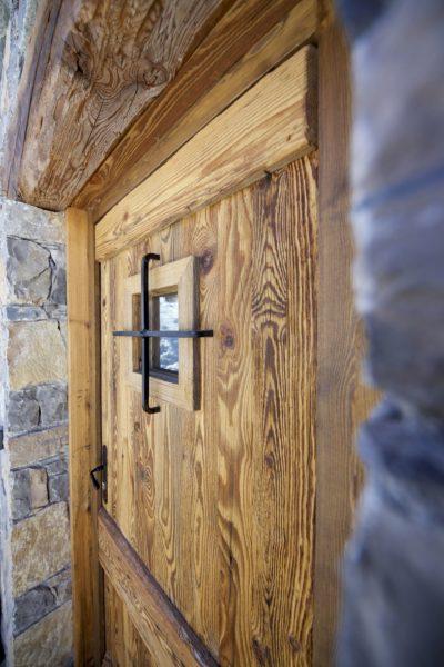 Chalet-M-montagne-St-martin-de-belleville-JMV-Resort-porte en bois-brique