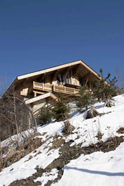 Chalet-Queen-Mijane-montagne-Meribel-JMV-Resort-devanture bois- entrée- neige