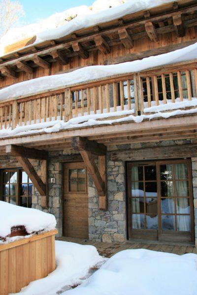 Chalet-Tiki-montagne-Meribel-JMV-Resort-devanture-entrée-bois-neige