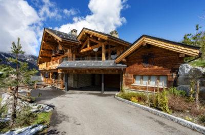 Chalet-Queen-Mijane-montagne-Meribel-JMV-Resort-devanture bois- entrée- été