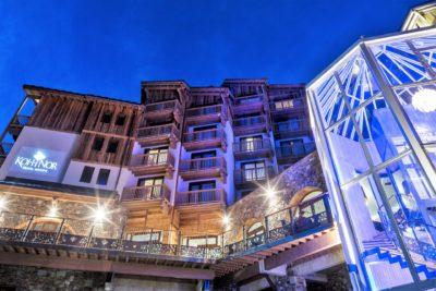 Hôtel-Koh-I-Nor-montagne-Val-Thorens-JMV-Resort-extérieur-cinq étoiles-bois-nuit