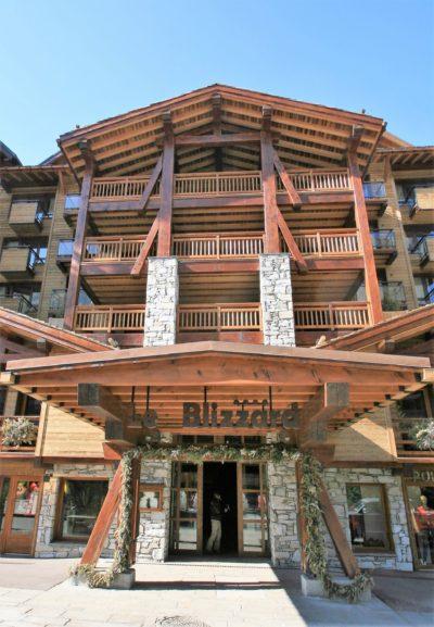 Hôtel-Le-Blizzard-montagne-Val-D'Isere-JMV-Resort-devanture-bois-entrée