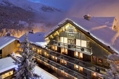 Hôtel-Le-Grand-Coeur-montagne-Meribel-JMV-Resort-devanture-bois-nuit-neige