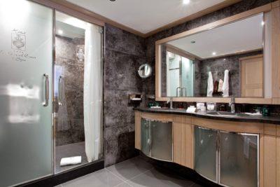 Hôtel-Le-Grand-Coeur-JMV-Resort- salle de bain - miroir