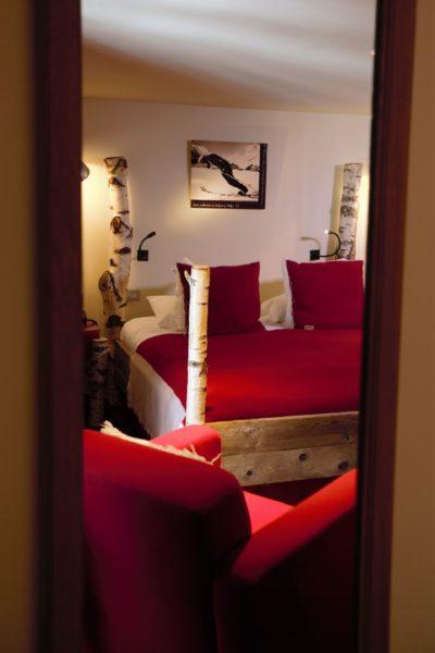Hôtel-Les-5-Freres-JMV-Resort-architectes-chambre-lit-rouge