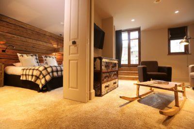Hôtel-Les-5-Freres-montagne-Val-D'Isere-JMV-Resort-architectes-chambre-lit-bois