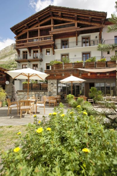 Hôtel-Les-5-Freres-JMV-Resort-architectes-terrasse-ensoleillé-plantes