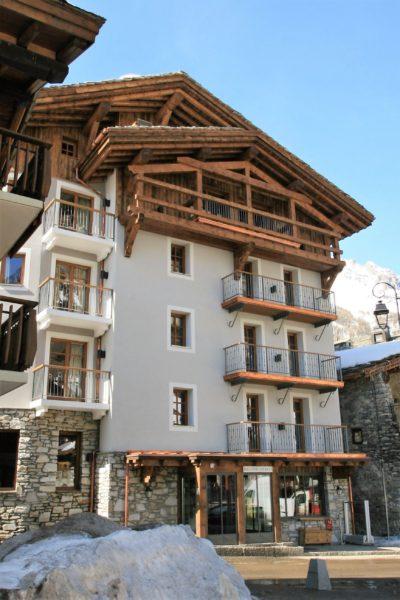 Hôtel-Les-5-Freres-montagne-JMV-Resort-devanture-balcon