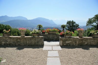 Maison-D-Chambery-JMV-Resort-jardin-chemin