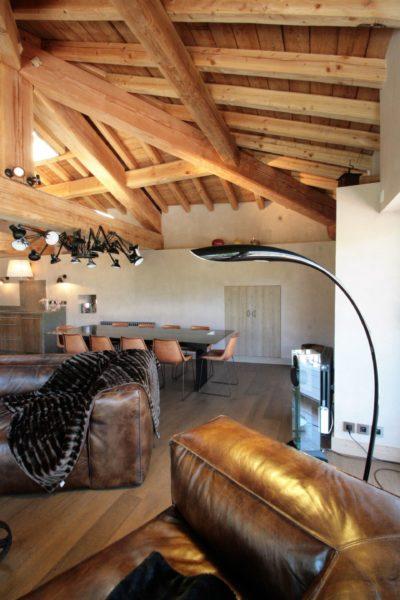 Maison-de-village-montagne-Courchevel-JMV-Resort-salon-lampe- bois-fauteuil cuir