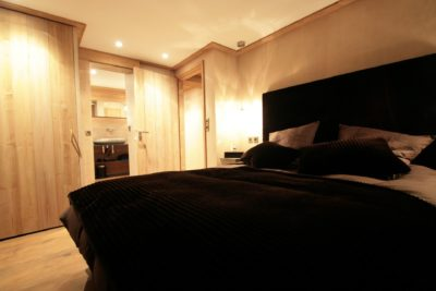 Maison-de-village-montagne-Courchevel-JMV-Resort-chambre-lit