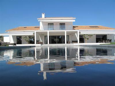 Maison-rouge-contemporain-Montpellier-JMV-Resort-piscine-extérieur