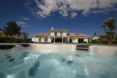 Maison-rouge-contemporain-Montpellier-JMV-Resort -jacuzzi-villa-palmier-jardin-ciel bleu -extérieur