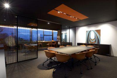 Showroom-JMV-Resort-Bourdeau-salle de réunion-tableau-chaises-table