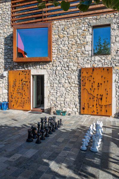 Maison Bourdeau - façade pierre - échecs géants - corten - terrasse -JMV Resort