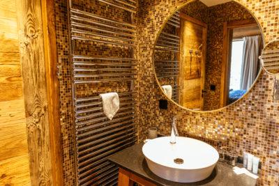 Hôtel V de Vaujany architecture de montagne salle de bain intérieur bois